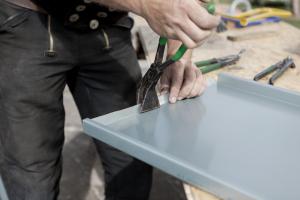 Bauklempner von HR Dachbautechnik aus Erkelenz und Wegberg bauen Ihre Regenrinne, Regenrohr, Abdeckung und Winkelstehfalz zuverlässig ein