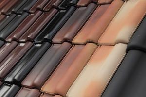 Unsere Dachdecker aus Wassenberg und Heinsberg bestücken Ihr Dach mit besten Dachziegel.